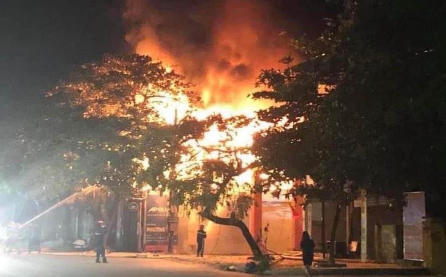 Ngọn lửa dữ dội đang bùng lên tại cửa hàng sắt bị cháy rạng sáng 18/6. (Ảnh: TTXVN)