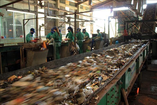 Hoạt động tại nhà máy xử lý rác thải thành phố Cà Mau. Ảnh minh họa: TTXVN