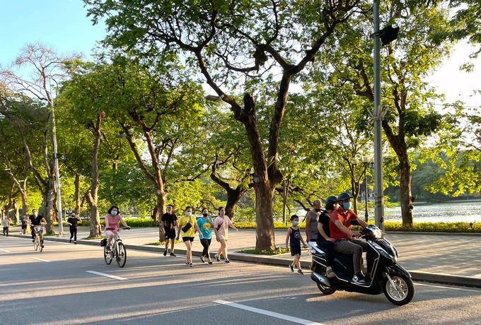 Người dân đi bộ tập thể dục ở khu vực Hồ Gươm. Ảnh: Giang Huy.