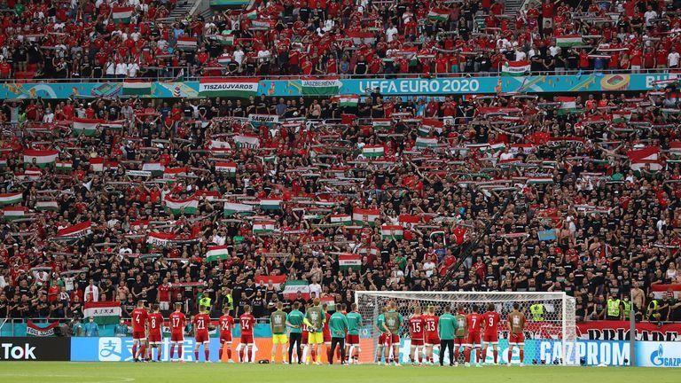 Hình ảnh toàn bộ cầu thủ Hungary đứng trước người hâm mộ, cùng hát vang bài ca cổ động sau khi nhận thất bại 0-3 trước Bồ Đào Nha (Ảnh: Hungary Today)