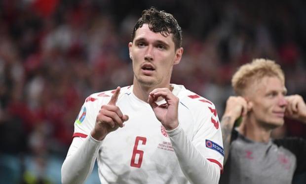 Andreas Christensen tri ân Eriksen bằng cách giơ ngón tay biểu thị số 10 - số áo của người đồng đội sau khi nâng tỷ số lên 3-1 cho Đan Mạch. (Ảnh: The Guardian)