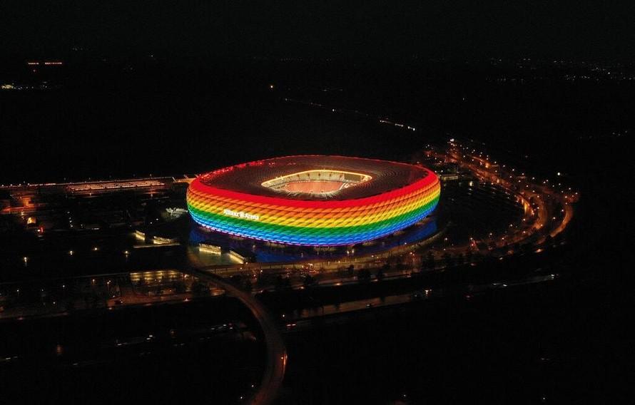 Sân vận động Allianz Arena đã từng được chiếu sáng bằng đèn cầu vồng vào tháng 1 năm nay. (Ảnh: New York Times)