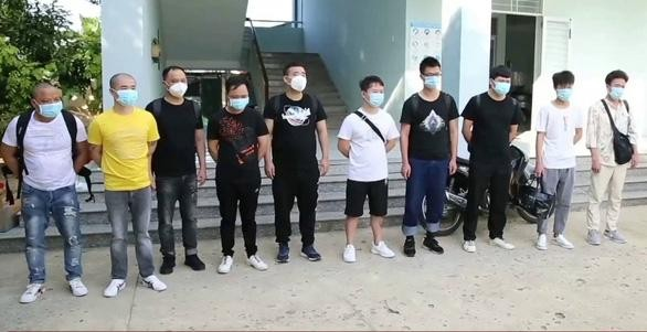 10 người Trung Quốc nhập cảnh trái phép bị trục xuất ở cửa khẩu Lạng Sơn. (Ảnh: Tuổi trẻ)