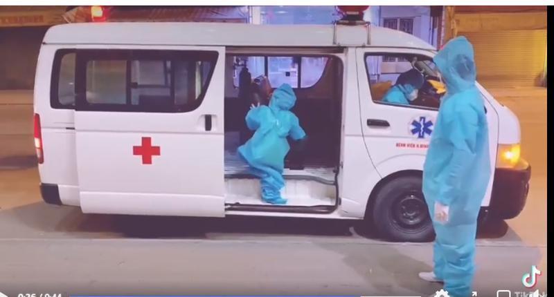 Bé gái một mình lên xe để đi đến nơi điều trị COVID-19 ở Bệnh viện Trưng Vương. Ảnh cắt từ clip