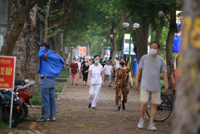 Từ 0h ngày 26/6, Hà Nội cho phép người dân được tập thể dục thể thao ngoài trời, với điều kiện không tụ tập quá 20 người. (Ảnh: VTV)