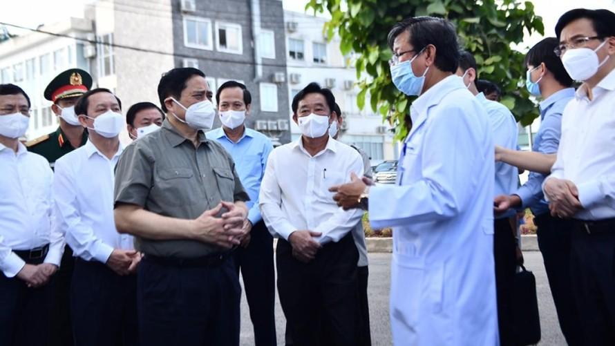 Thủ tướng kiểm tra công tác điều trị COVID-19 tại Bệnh viện Đa khoa tỉnh Bình Dương. (Ảnh: VOV)