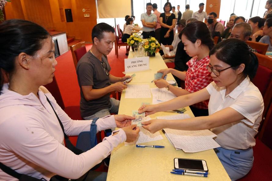 Lao động tự do quận Hà Đông (Hà Nội) được nhận tiền từ gói hỗ trợ 62.000 tỷ đồng. (Ảnh: Dân Việt)