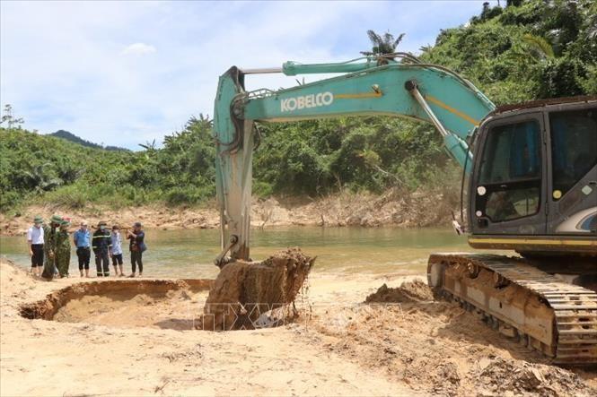 Các lãnh đạo tỉnh Thừa Thiên - Huế giám sát công tác tìm kiếm nạn nhân vụ sạt lở tại Nhà máy Thủy điện Rào Trăng 3 tại xã Phong Xuân, huyện Phong Điền.