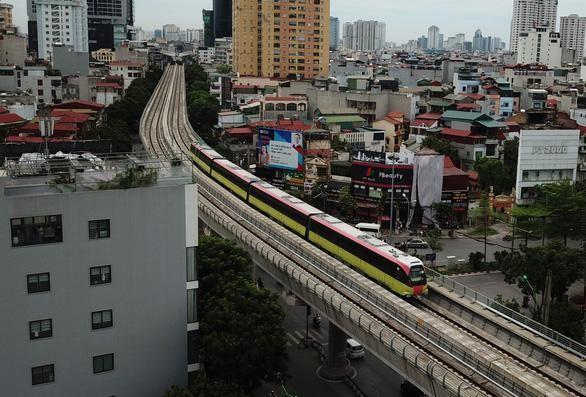 Đoàn tàu metro Nhổn - ga Hà Nội chạy thử sáng 1/7. (Ảnh: Tuổi trẻ)