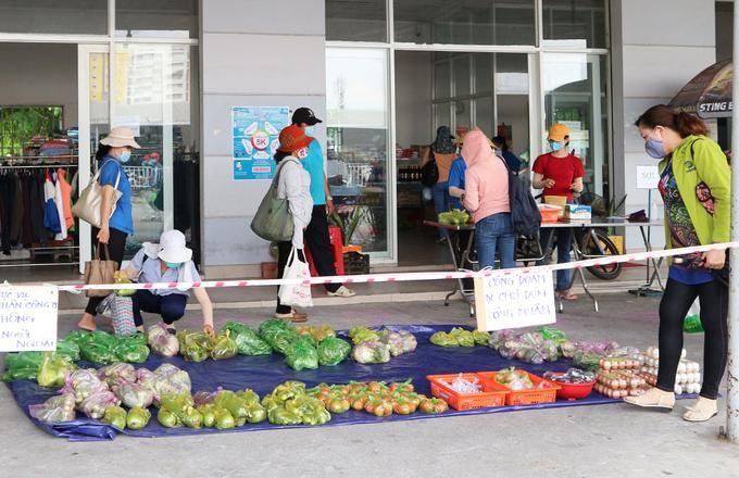 Công nhân mua thực phẩm ở phiên chợ tại nhà máy của Tổng công ty Việt Thắng. Ảnh: An Phương/VnExpress