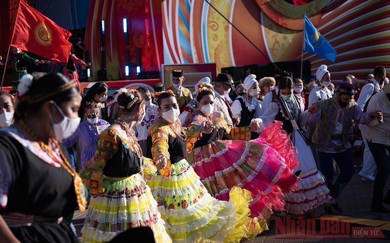 Hàng nghìn người nắm tay xoay tròn mừng lễ hội. (Ảnh: Nhân Dân)