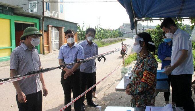 Ông Lê Ánh Dương, Chủ tịch Bắc Giang, kiểm tra chốt chống dịch tại xã Việt Lập. Ảnh: Báo Bắc Giang