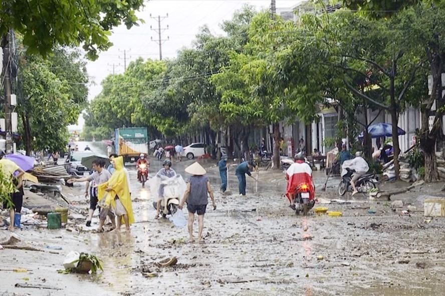 Nhiều tuyến đường bị ngập lụt và gây thiệt hại nhiều về tài sản trận mưa lớn sáng 5.7 trên địa bàn Lào Cai. Ảnh: Báo Lào Cai