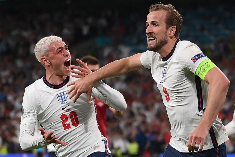Quả phạt đền thành công của Harry Kane đã đưa ĐT Anh vào chung kết lần đầu sau 53 năm. (Ảnh: New York Times)