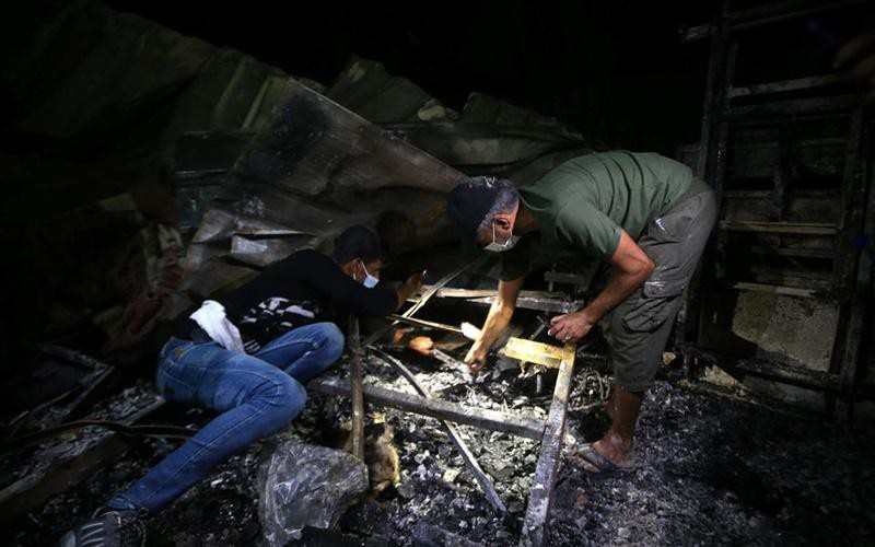 Hiện trường đám cháy tại bệnh viện điều trị Covid-19 ở Iraq. (Ảnh: Reuters)