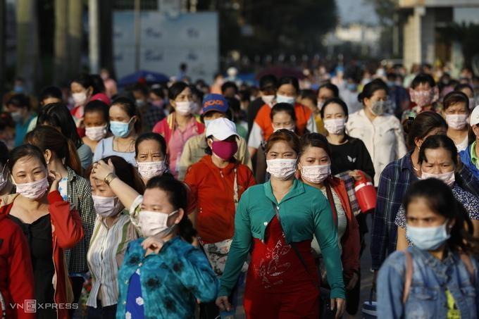 Công nhân nhà máy Pouyuen, quận Bình Tân giờ tan ca, ngày 3/6. Ảnh: VnExpress