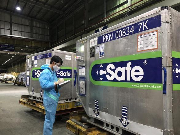 """600.000 liều vaccine do Nhật Bản viện trợ """"hạ cánh"""" sân bay Tân Sơn Nhất ngày 9/7/2021. (Ảnh: Tuổi trẻ)"""