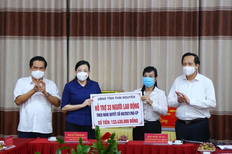 Thái Nguyên trao hỗ trợ 1 lần cho 33 giáo viên mầm non bị ảnh hưởng bởi dịch COVID-19. (Ảnh: TTXVN)
