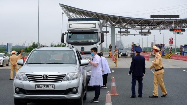 Chốt kiểm dịch ra vào tỉnh Quảng Ninh tại cầu Bạch Đằng.(Ảnh: Báo điện tử Đảng Cộng sản Việt Nam)