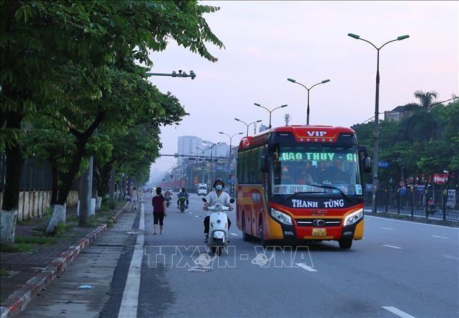 Chiếc xe khách cuối cùng rời bến Giáp Bát lúc 5h45p sáng 24/7. Ảnh: Hoàng Hiếu/TTXVN