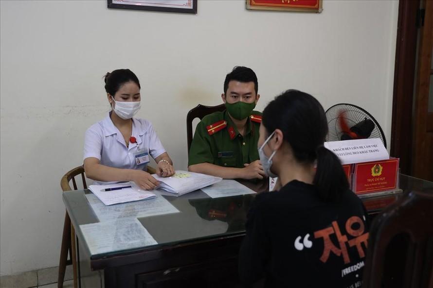 Công an quận Hoàn Kiếm đang lập biên bản xử phạt hành chính. (Ảnh: Lao Động)