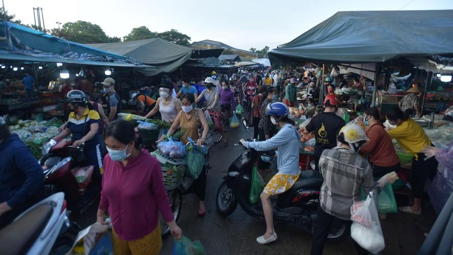 Hình ảnh chen chúc tại chợ đầu mối phía Nam Hà Nội sáng 24/7. (Ảnh: Thanh Niên)