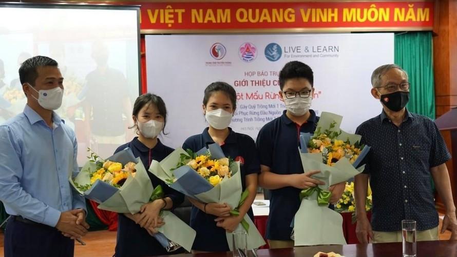 """3 tác giả nhí cùng thầy hiệu trưởng Nguyễn Xuân Khang tại buổi ra mắt cuốn sách""""Một mẩu rừng cho bạn""""."""