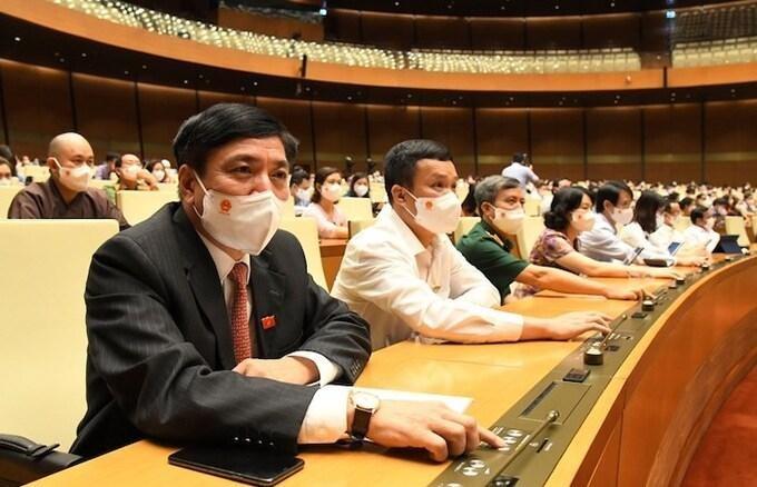 Ông Bùi Văn Cường, Tổng thư ký Quốc hội (bìa trái) bấm nút thông qua Nghị quyết. Ảnh: VnExpress
