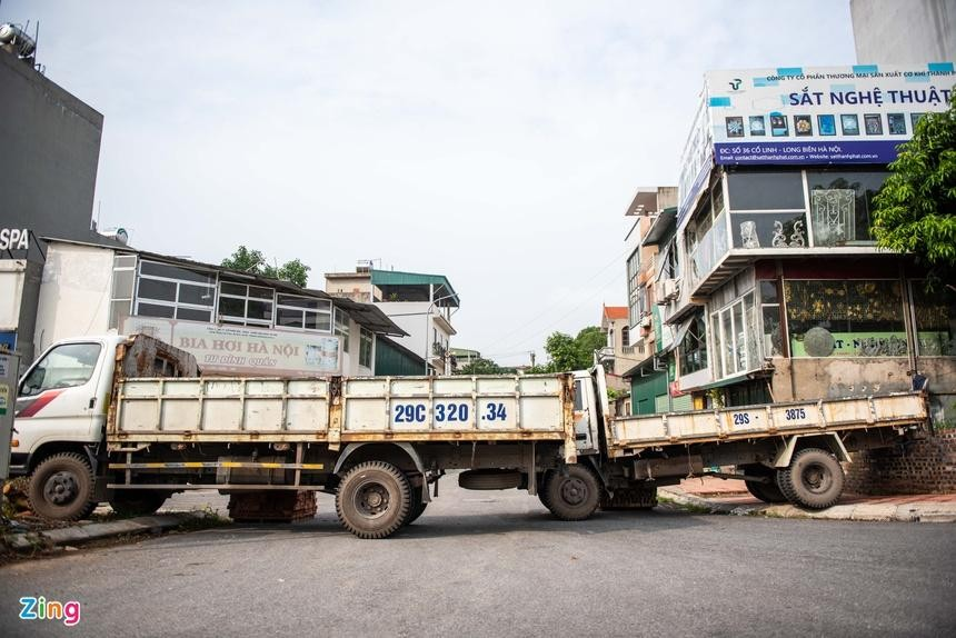 Xe tải được huy động để lập thành chốt phong toả ở phuonwgf Long Biên. (Ảnh: Zing)