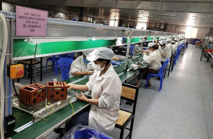 Công nhân trở lại làm việc tại một doanh nghiệp sản xuất điện tử ở Bắc Giang đảm bảo phòng chống dịch. Ảnh: Báo Bắc Giang.