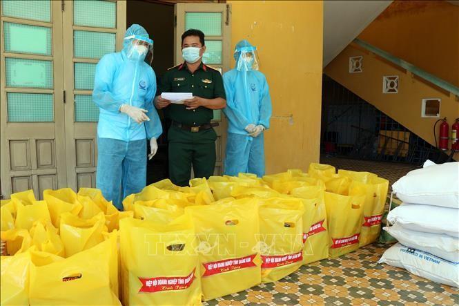 Hiệp hội Doanh nghiệp tỉnh Quảng Nam trao quà hỗ trợ người dân từ TP Hồ Chí Minh về quê phòng chống dịch COVID-19. Ảnh: Trần Tĩnh/TTXVN