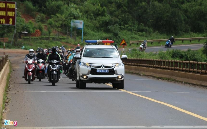 CSGT dẫn đường cho hàng nghìn người từ các tỉnh phía Nam đổ về Tây Nguyên ngày 25/7. (Ảnh: Zing)