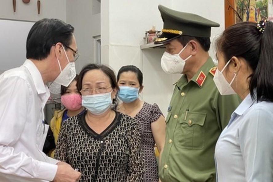 Đoàn lãnh đạo TPHCM và quận 6 động viên gia đình Thượng uý Phan Tấn Tài. (Ảnh: Lao Động)