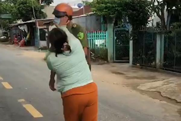 Bà Tuyền xông vào đánh công an. (Ảnh: Vietnamnet)