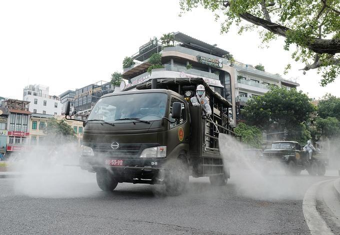 Bộ đội hóa học phun khử khuẩn trên đường phố Hà Nội, tháng 7/2021. Ảnh: Ngọc Thành