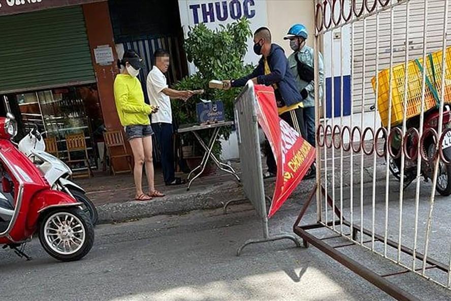 Bí thư Đảng ủy phường Tân Mai, Hà Nội (áo trắng) đã bị Chủ tịch UBND phường Tân Mai ra quyết định xử phạt 2 triệu đồng vì ra đường không đeo khẩu trang.