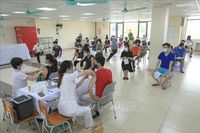 Một điểm tiêm vaccine phòng COVID-19 cho người dân tại phường Khương Đình, quận Thanh Xuân, chiều 10/8. (Ảnh: TTXVN)