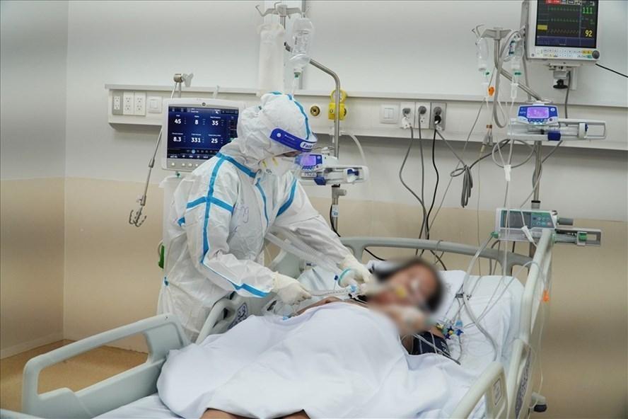 Điều trị bệnh nhân tại Bệnh viện Hồi sức COVID-19. Ảnh: Bệnh viện Chợ Rẫy.