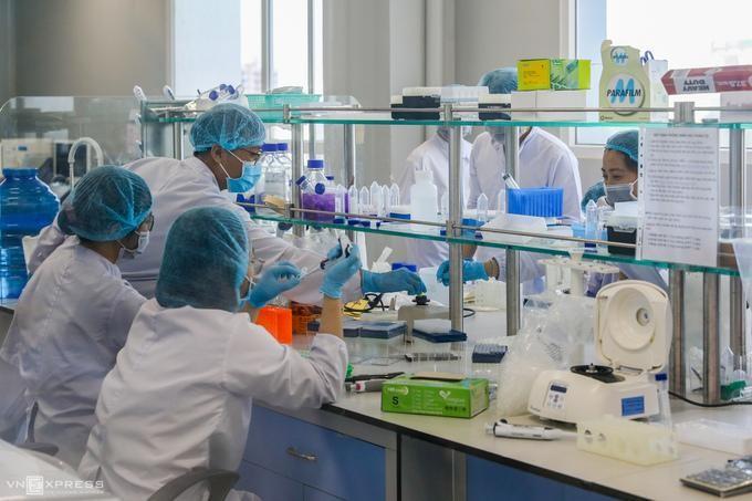 Nhân viên công ty Nanogen (Khu công nghệ cao, quận 9, TP HCM) nghiên cứu sản xuất vaccine Nanocovax, tháng 12/2020. Ảnh: Quỳnh Trần