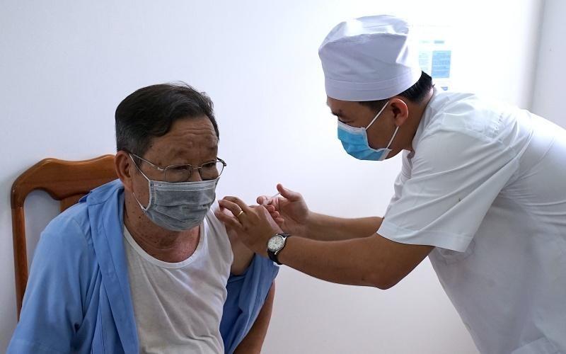 Tiêm vaccine COVID-19 cho người dân tại tỉnh Cà Mau. (Ảnh: Nhân Dân)