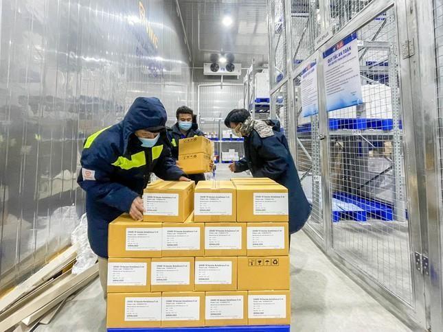 Lô 1,1 triệu liều vaccine AstraZeneca được bàn giao cho Viện Pasteur TP.HCM hôm nay. (Ảnh: Tiền Phong)
