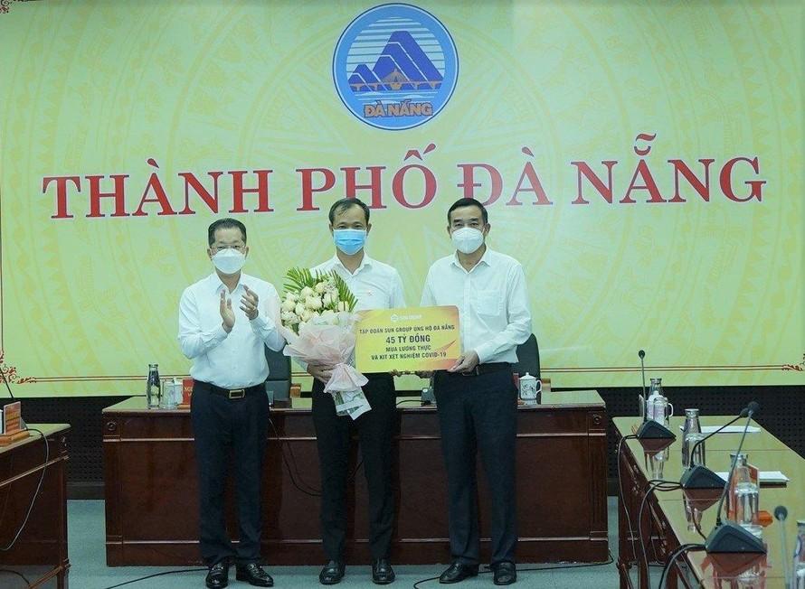 Đại diện lãnh đạo Tập đoàn Sun Group trao gói hỗ trợ 45 tỉ đồng lương thực, kít xét nghiệm cho lãnh đạo TP Đà Nẵng.