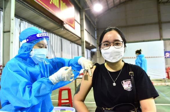 Tiêm vắc xin Vero Cell của Sinopharm cho người dân TP.HCM - Ảnh: DUYÊN PHAN