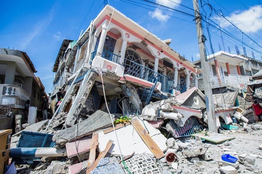 Một ngôi nhà ở Les Cayes, Haiti đổ sụp sau trận động đất ngày 14/8. (Ảnh: Reuters)