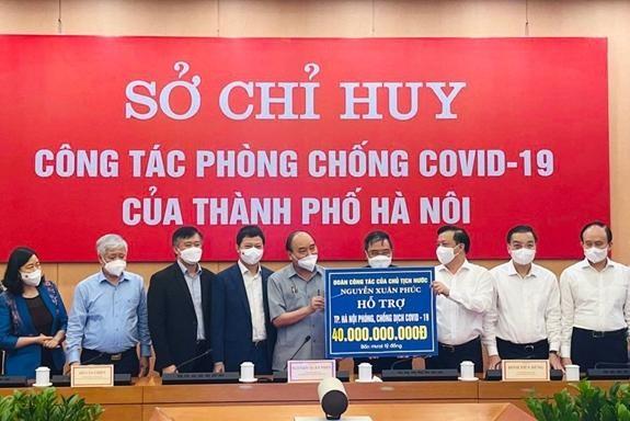 Ông Phạm Quang Thắng – Phó Tổng Giám đốc Techcombank, thứ ba từ trái sang – tại lễ trao tặng hỗ trợ đến thủ đô Hà Nội trong công tác phòng chống dịch Covid 19.