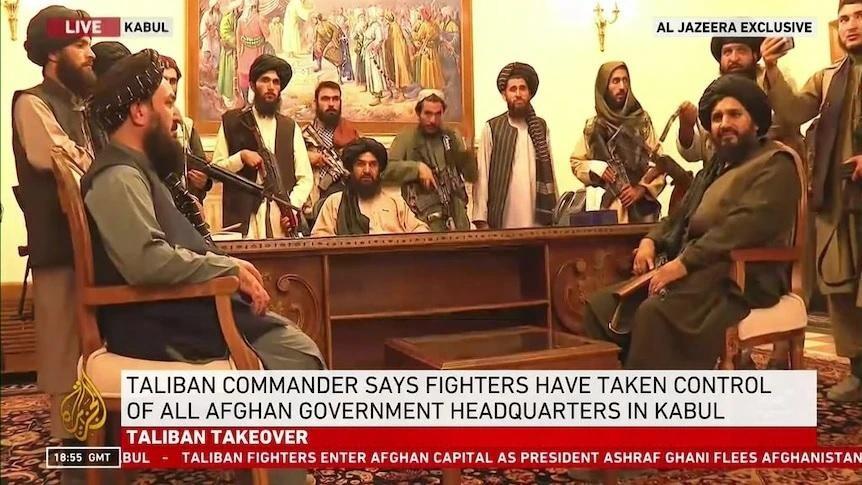 Hình ảnh hàng chục chiến binh Taliban chiếm quyền kiểm soát Phủ Tổng thống Afghanistan tối 15/8. (Nguồn: ABC News)