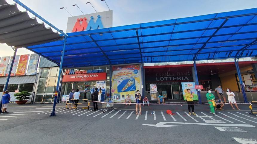 5h30 sáng ngày 22/8, hàng trăm người dân trên địa bàn TP Thủ Đức đã có mặt trước cửa siêu thị Mega Market An Phú (TP Thủ Đức) để đợi đến giờ mở cửa. Mặc dù 6h30 siêu thị này mới bắt đầu đón khách, nhiều người dân cho biết đã có mặt ở đây từ 4h30 sáng để không phải xếp hàng quá lâu.