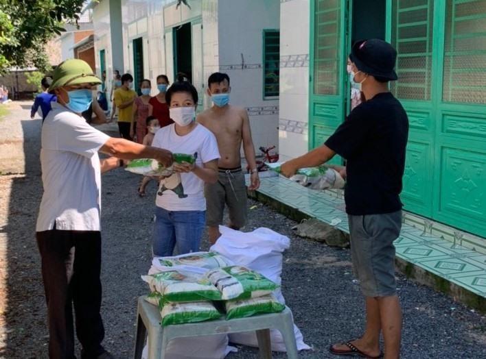 Bình Dương sẽ cung cấp gạo và thực phẩm miễn phí cho khoảng 720.000 người dân. (Ảnh: Lao Động)