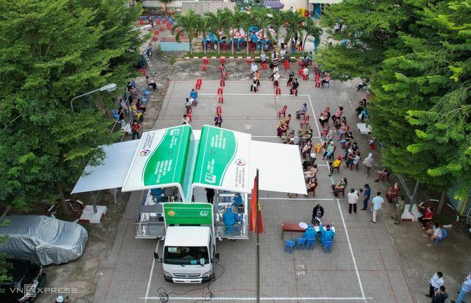 Tiêm vaccine cho người dân phường 9, quận Gò Vấp bằng xe lưu động ngày 14/8. Ảnh: Quỳnh Trần