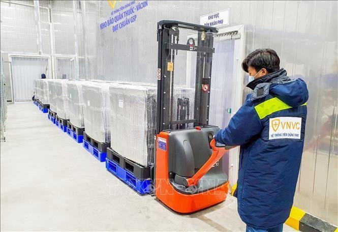 1,2 triệu liều vaccine Astra Zeneca được chuyển từ kho lạnh của VNVC đến nơi bảo quản vaccine của Bộ Y tế tại TP Hồ Chí Minh. Ảnh: TTXVN
